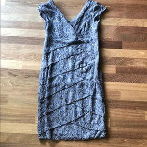 Knee length dress. Grey/bluish.